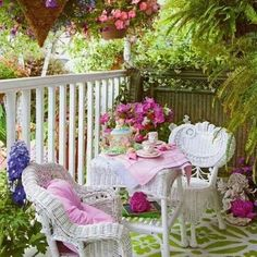 Patio Tropical, Decoration Shabby, Outdoor Rooms, Outdoor Decor, Outdoor Sheds, Cottage Porch, Rose Cottage, Porch And Balcony, Summer Porch