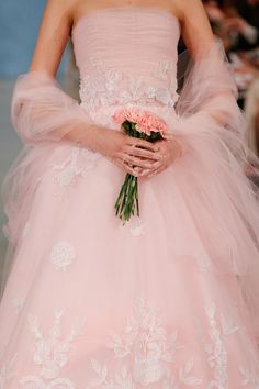 abito da sposa rosa Oscar de la Renta Spring 2014 foto zimbio