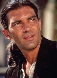 """Antonio Banderas""""Desperado"""" nel 1995,diretto da Robert Rodriguez e con Salma Hayek. Considerato da molti come il Pulp Fiction di Rodriguez, questo film è una sorta di miscuglio tra il pulp e il western, con l'immancabile mexican standoff. Il film è stato presentato fuori concorso al 48º Festival di Cannes."""