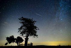 Una estrella fugaz cruza el cielo sobre Salgotarjan (Hungría). Las 'lágrimas de San Lorenzo', la lluvia de meteoritos conocidos también como Perseidas, alcanzan su mayor intensidad cuando la Tierra cruce la cola del cometa Swift Tuttle, que orbita al Sol cada 130 años.
