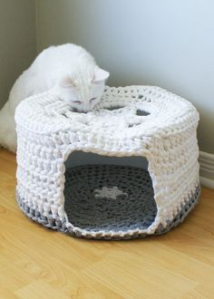 "Crochet PATTERN - Chunky T-shirt Yarn Pet Cave / Cat Bed, Tarn, Tshirt Yarn (16"" diameter and 8"" high)"