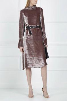 вечернее платье-комбинация из мягкого бархата с кружевным декором.
