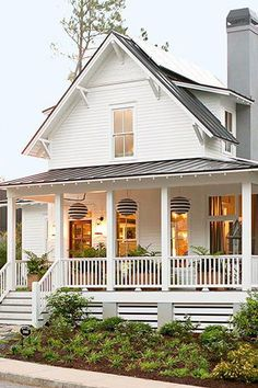 Beautiful Modern Farmhouse Home Exterior Design Ideas 27 Farmhouse Front Porches, Modern Farmhouse Exterior, Farmhouse Homes, England Houses, New England Homes, House Skirting, White Houses, Porch Decorating, Decorating Ideas