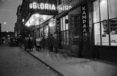 Elokuvateatteri Gloria, yleisöä teatterin edessä kadulla,...
