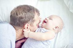 Jugar es primordial para el desarrollo motriz y grueso de los bebés y niños, y…