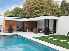 Pool house in hardhout en crepi pool house en bois exotic and crépi Luxury Swimming Pools, Swimming Pools Backyard, Swimming Pool Designs, Cheap Pergola, Backyard Pergola, Patio Roof, Patio Decks, Outdoor Pergola, Pool House Piscine