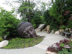 jardin asiatique de style japonais, statue de Bouddha en métal noir, grosses…