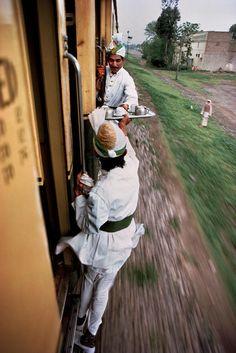 PAKISTAN-service exterieur au train-photo-steve-McCurry