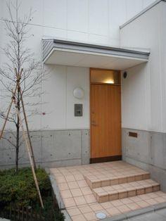 下町で静かに暮らす熟年夫婦の家 (玄関には買い物カートのためのスロープを設けました)