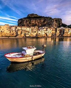 Cefalù enchants its visitors with its warm bright colours and the magnificent setting.