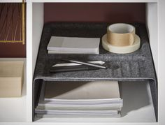 KALLAX inzet voor open kast | IKEA IKEAnederland IKEAnl KALLAX kast opberger opbergen accessiores donkergrijs grijs kantoorartikelen draadmand mand messingkleur goud brons