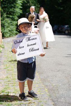Hier kommt deine Braut Schild / Blumenjunge