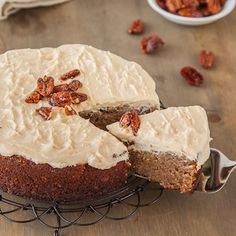 Gluten free Banana Cake with Cinnamon Cream Cheese Frosting & Salted Honey Roasted Pecans-replace sugar w/ honey Gluten Free Carrot Cake, Gluten Free Banana, Gluten Free Sweets, Gluten Free Cakes, Gluten Free Recipes, Gf Recipes, Easy Cake Recipes, Dessert Recipes, Frosting Recipes