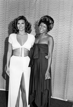 Singer Minnie Riperton and actress Raquel Welch circa 1975 in Los Angeles, California. Get premium, high resolution news photos at Getty Images Raquel Welch, Easy Listening, Vintage Black Glamour, Vintage Beauty, Beautiful Black Women, Beautiful People, Illinois, Afro, Minnie Riperton