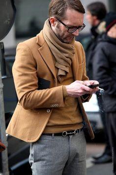 Bel accord entre un pantalon gris et une tenue camel #style #menstyle…
