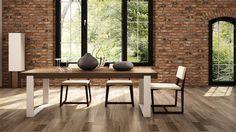 Bei dem Entwurf des Tisches FRAME wollten wir vor allem einen modernen Tisch von schlichter Form erschaffen. Die Verwendung von Naturholz in Verbindung mit dem edellackierten Aluminium und der festigenden Innenkonstruktion ergibt einen Effekt von einfacher, solider und gleichzeitig leichter Form. Die neuartige Verbindung der Beine mit der Tischplatte ergibt einen fließenden, ebenen Übergang beider Elemente ineinander, wodurch das Möbelstück perfekt im Profil als auch en face aussieht.