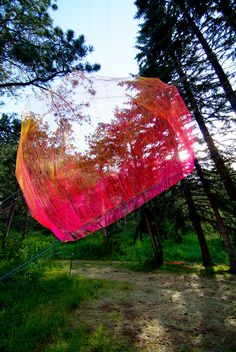 Sean McGinnis, the American born sculptor from Hays, transforms inner and urban spaces with his massive spatial sculptures made out of colorful strings and industrially woven ropes.