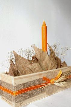un centro de mesa en una caja de vino Burlap Crafts, Paper Flowers, Candle Holders, Christmas Crafts, Decoupage, Thanksgiving, Centerpieces, Wooden Chest, Crates