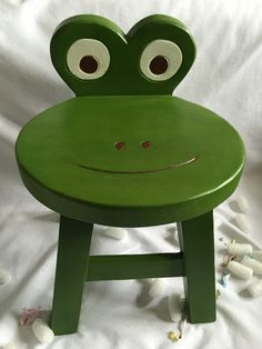Banquinho pro Miguel Wooden Projects, Woodworking Projects Diy, Wooden Crafts, Wooden Toys, Baby Furniture, Painted Furniture, Painted Stools, Kids Stool, Wood Stool