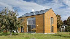 Velká prosklená plocha přes dvě podlaží, orientovaná na západ, nejen bohatě naplňuje interiér denním světlem, ale přináší i pasivní solární zisky a úspory energie potřebné na vytápění.