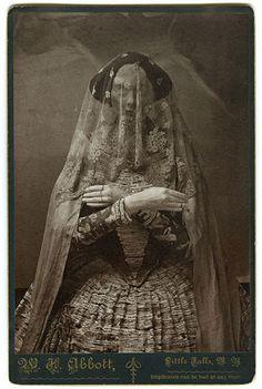 "photo noir et blanc : Christine Elfman, robe en papier mâché, ""Storydress II"", femmes artistes"