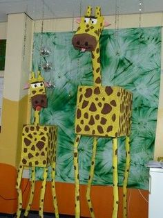 Giraffe - what a great group project, you could do all sorts of animals as library display. Giraffes Can't Dance, by Giles Andrede Animal Crafts For Kids, Kids Crafts, Art For Kids, Safari Jungle, Safari Theme, Jungle Room, Jungle Theme Classroom, Classroom Themes, Jungle Theme Crafts
