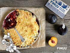 Crumble to sezonowe owoce pod złocistą kruszonką. Dodatek klasycznego masła FINUU, połączonego z brązowym cukrem sprawi, że ciasto zniknie jeszcze szybciej niż zazwyczaj! :) #crumble #finuu #cake #deser #ciasto #inspiracje
