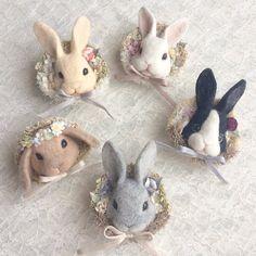 """ラロンドデフェさんのツイート: """"羊毛うさぎは手作りの布花で、おめかししました^ ^垂れ耳が可愛いロップちゃんは花冠です。 #デザフェス #うさぎ #布花 #羊毛フェルト… """""""