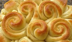 This homemade bread is made in the shape of roses. The great part of this recipe is that you can make the bread with your favorite flavor. The bread sections…