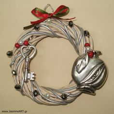 στεφάνι γούρι All Things Christmas, Christmas Fun, Christmas Decorations, Xmas, Decor Crafts, Diy And Crafts, Lucky Charm, Clay Art, Rock Art