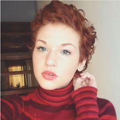 Retro Hairstyles, Pixie Hairstyles, Pixie Haircut, Short Curly Cuts, Short Red Hair, Pelo Guay, Small Curls, Shades Of Red Hair, Cute Haircuts