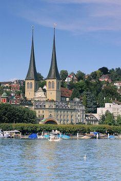 Lucerne Hofkirche, Switzerland Es la principal catedral de la ciudad y de la población religiosa. El monasterio benedictino fue creado en el siglo VIII. El fuego destruyó la iglesia en 1633 y fue reconstruida en 1645. Es el edificio del renacimiento más importante de Suiza.