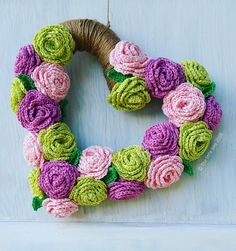 Crochet Rose Wreath ~ project by The little bee http://thelittlebee.co.nz/blog/2016/02/special-project/