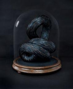 Host III (détail), 2010, plumes de pigeon. Depuis 2007, Kate MccGwire travaille un seul matériau avec une passion obsessionnelle : la plume. Jouant sur notre manière de percevoir le monde de manièr…