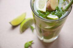 Varm drik: lime skåret i både, ingefær i skiver, friske mynteblade, 1 spsk rørsukker og lidt kogende vand.  Nemt Dejligt Smukt