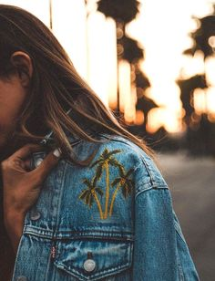 Et si on s'amusait à conférer un twist tropical à nos vestes en jean ? (veste Levi's - photo Alexandra Pereira)