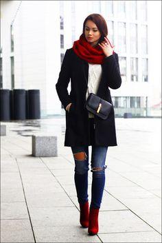 Schwarzer Mantel, Weißer Strickpullover, Blaue Enge Jeans mit Destroyed-Effekten, Rote Wildleder Stiefeletten für Damen