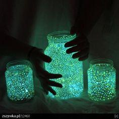 'Potrzeba: farba świecąca w ciemności x2 kolory, pusty słoik,  pędzelek. Farbkami malujemy kropeczki w słoiku, jak przeschnie naświetlamy pod lampą lub zostawiamy na parapecie w ciągu dnia i na wieczór lampka gotowa'