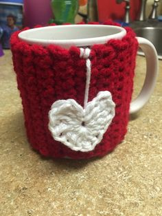 Mug Cozy Heart por en Etsy Crochet Coffee Cozy, Crochet Cozy, Quick Crochet, Crochet Gifts, Coffee Cup Cozy, Coffee Cozy Pattern, Crochet Christmas Ornaments, Christmas Presents, Crochet Kitchen