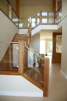Glass and wood staircase simple but beautiful Glass Stair Balustrade, Balustrades, Glass Railing, House Staircase, Staircase Railings, Railing Design, Staircase Design, Glass Stairs, Modern Stairs