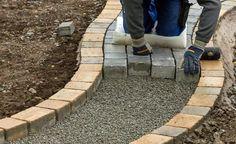 Haltbare Gartenwege sind nicht nur eine Frage des richtigen Oberflächenmaterials – es kommt vor allem auf einen fachgerechten Unterbau an. Außerdem sind bei der Verwendung unterschiedlicher Pflastermaterialien ein paar wichtige Punkte zu beachten.