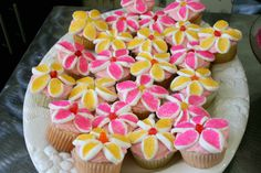 I hope I can talk (at least one of) my girls into a flower garden birthday party next year!!... just so I can make these cupcakes!
