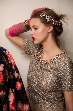 Pinned from @OscarPRGirl. Love the red lips and the combination of the pink gloves with golden top. #fashion #odlr