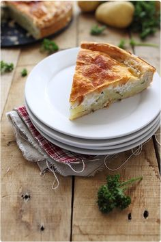 pate-pommes-de-terre/6 large potatoes 1 large tablespoon chopped parsley 1 onion ( small) 2 cloves garlic 2 puff pastry rolls 30cl double cream 1 egg yolk salt and pepper
