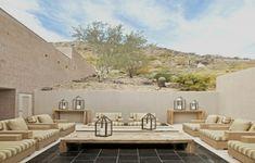 Grand salon de jardin en palette avec des fauteuils bas