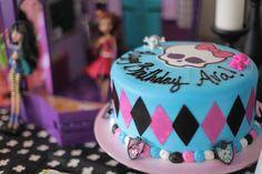Várias dicas e ideias para você se inspirar na decoração e fazer da festa Monster High um sucesso! Confira as dicas para decoração das mesas, bolos e mais.