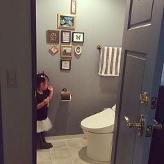 女性で、のバス/トイレ/トイレ/トイレの壁/真鍮ドアノブ/無垢材/ベンジャミンムーア…などについてのインテリア実例を紹介。(この写真は 2015-10-03 11:11:14 に共有されました)