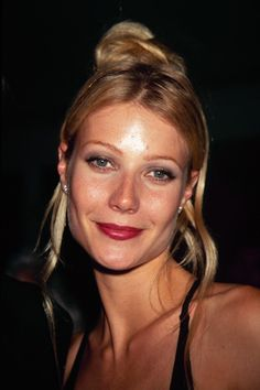Romantic, face-framing hair on Gwyneth Paltrow 90s Hairstyles, Celebrity Hairstyles, Gorgeous Hairstyles, 90s Makeup Look, 1990s Makeup, 1990s Hair, Face Framing Hair, 1990s Fashion Trends, Fashion 2018