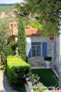 Foça / Fokai Turkish Architecture, Art And Architecture, Turkey Places, Greek House, Garden Cafe, Mediterranean Garden, Turkey Travel, French Country Style, Stone Houses