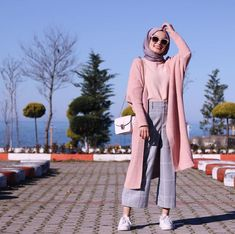 Hijab Long et Simple - Style très Chic - Hijab Fashion and Chic Style hijab casual simple Hijab Long et Simple - Style très Chic Modern Hijab Fashion, Street Hijab Fashion, Hijab Fashion Inspiration, Trend Fashion, Muslim Fashion, Modest Fashion, Look Fashion, Fashion Outfits, Fashion Muslimah